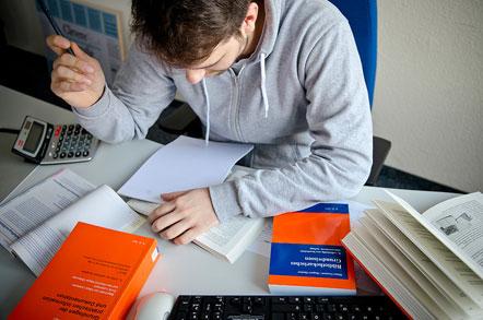 Raoul Wolfrum bei der Prüfungsvorbereitung