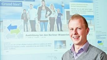 Dennis Klehr vor der Facebookseite