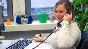 Sarah Kuschbach am Arbeitsplatz