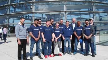 EQ Praktikanten vor der Kuppel des Bundestags
