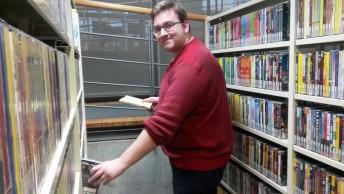 Sven in der Videothek der Filmuniversität Babelsberg.