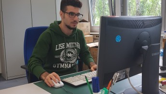 Jwan an seinem Arbeitsplatz