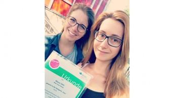 Heike und Julia mit ihrer Urkunde